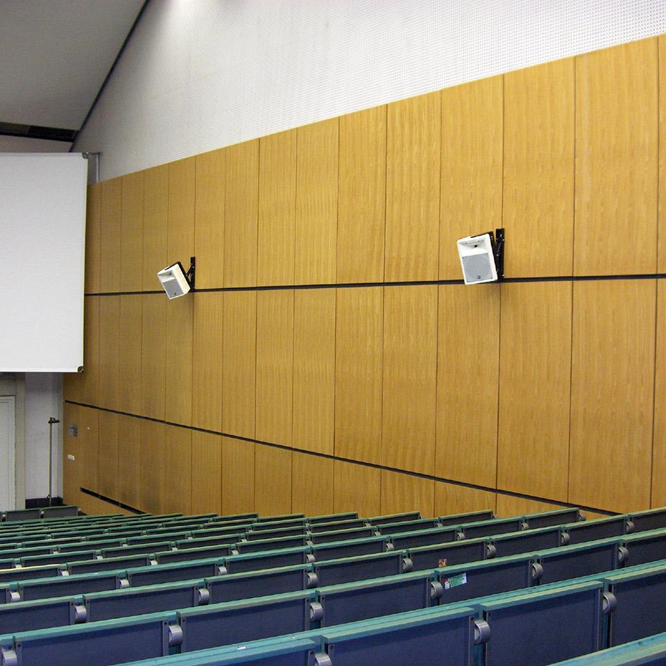 Lautsprecherboxen an der Wand eines Hörsaals